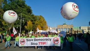 GREENPEACE_b_TTIP-Demo_2015_10_10_vor_Brandenb.Tor
